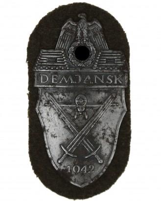 &copy DGDE GmbH - Demjansk - Schild 1942 auf feldgrauem Tuch