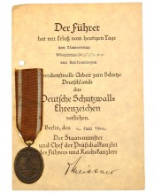 Deutsches Schutzwall-Ehrenzeichen mit Verleihungsurkunde